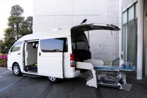 Speciális betegszállító járművel küzd a koronavírus ellen a Toyota