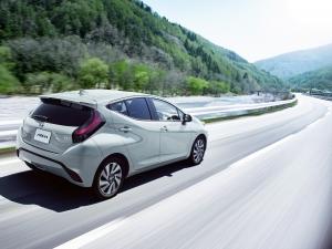 Világújdonsággal érkezik a Toyota hibrid kisautója