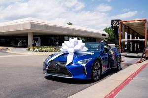 Átadták a kétmillió dollárért elárverezett Lexus LC500 kabriót