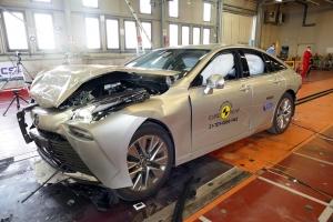 Maximálisan biztonságos a Toyota hidrogénüzemű szedánja