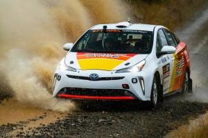 Látott már gyári Toyota Prius raliautót? Pedig létezik!