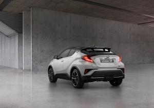 Érkezik a Toyota városi sport-terepjárója és vele egy sikkes változat is
