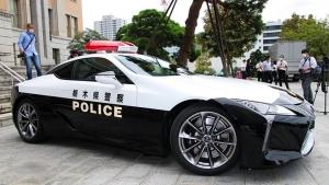 Luxuskupéval járőröznek a japán rendőrök