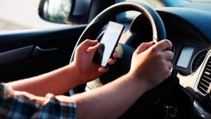 A vezetés közbeni mobilhasználat ellen harcol a Toyota