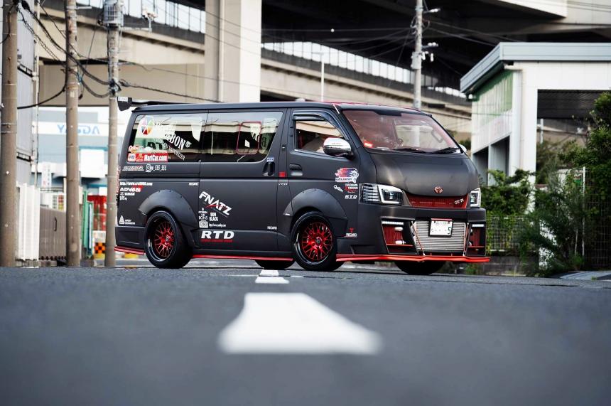 A legdurvább Toyota furgon, amelyben Godzilla-szíve dobog