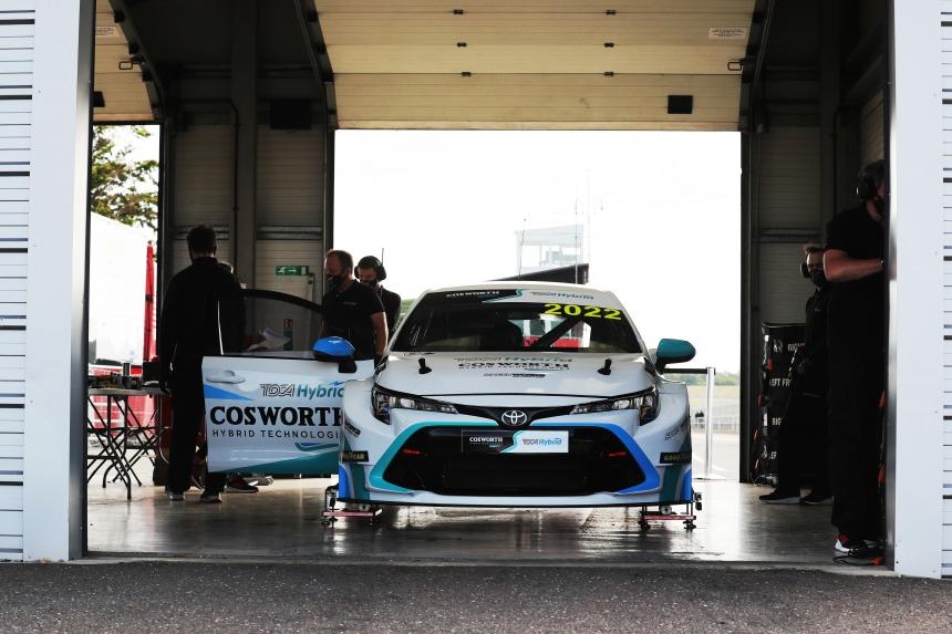 Toyota Corollából építettek egyedi hajtásrendszerű hibrid versenyautót