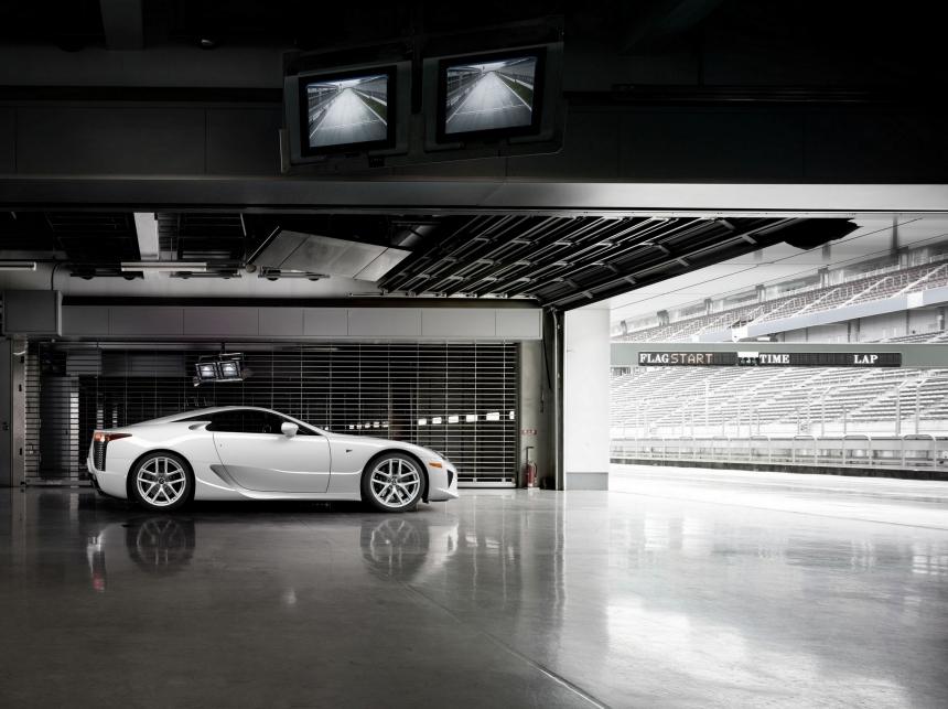 Tíz éves az autó, melynek kedvéért még a Toyota elnöke is kabalafigurává változott