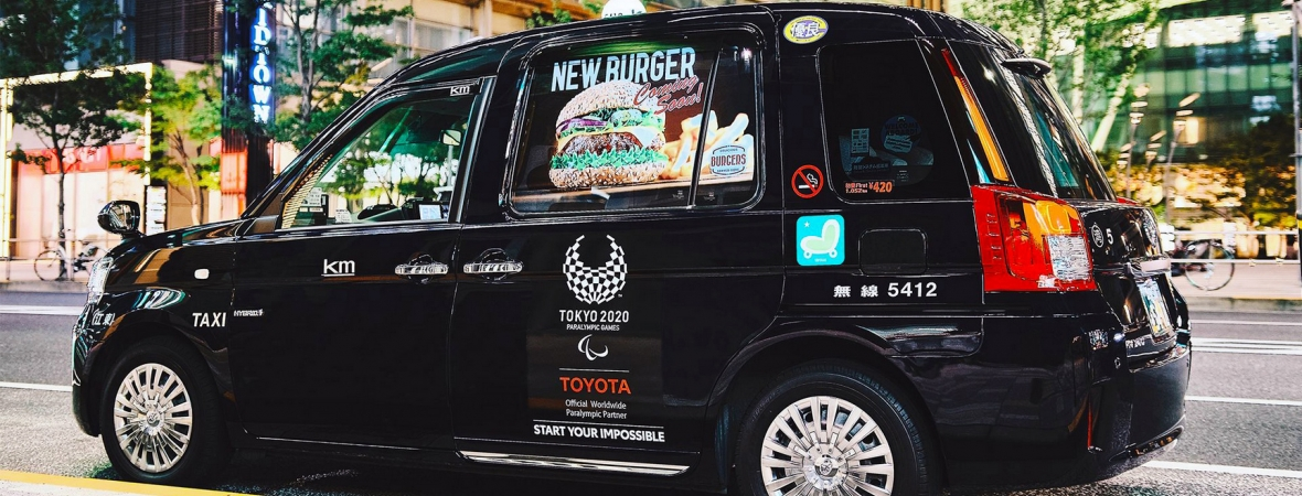Kényelmes alvóhelyet biztosító Toyota taxikban utazhattak tizenöt napon át a tokióiak